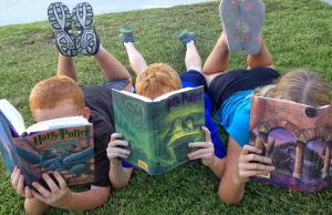 kinderen-lezen-papier-digitaal